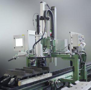 S1620003 Avvitatori per assemblaggio industriale Abbiamo realizzato la prima stazione per serraggio pattini cingoli a 8000 Nm con precisione 5% completa di software di gestione e di braccio custom di reazione.AZIENDA LEADER NELLA COSTRUZIONE DI CINGOLI