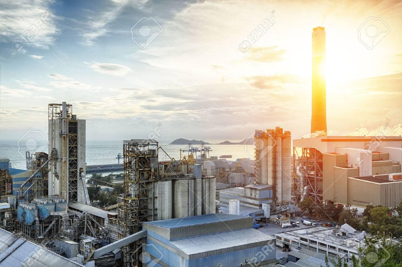 38173415 luce incandescente dell industria petrolchimica sul tramonto Avvitatori per assemblaggio industriale